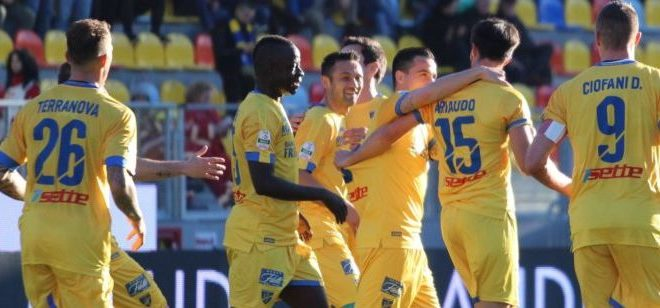 Calcio, Frosinone in vetta alla classifica
