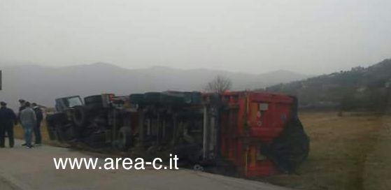 Pericolo in Val Comino, autotreno finisce fuoristrada