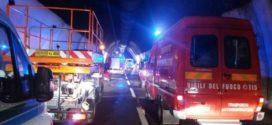 Pulmino a fuoco in galleria, messi in salvo 8 giovani ciociari
