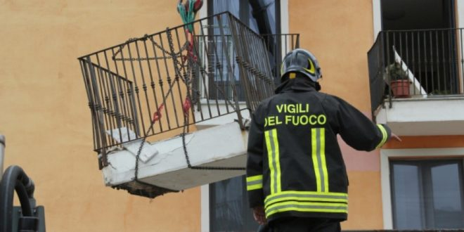 Crolla intero balcone, tragedia sfiorata a Isola del Liri