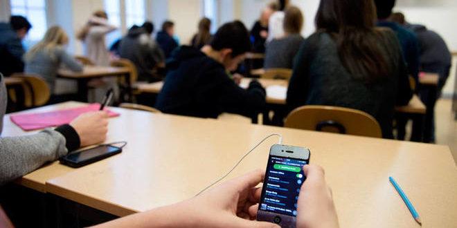 Cellulari vietati a scuola, è legge