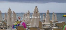 Maltempo in Ciociaria, ombrelloni chiusi sul litorale
