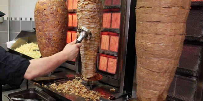 Scarafaggi in kebab, chiuso esercizio commerciale
