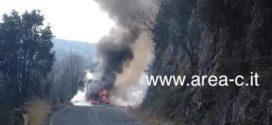 Autobus in fiamme in Ciociaria, strada bloccata